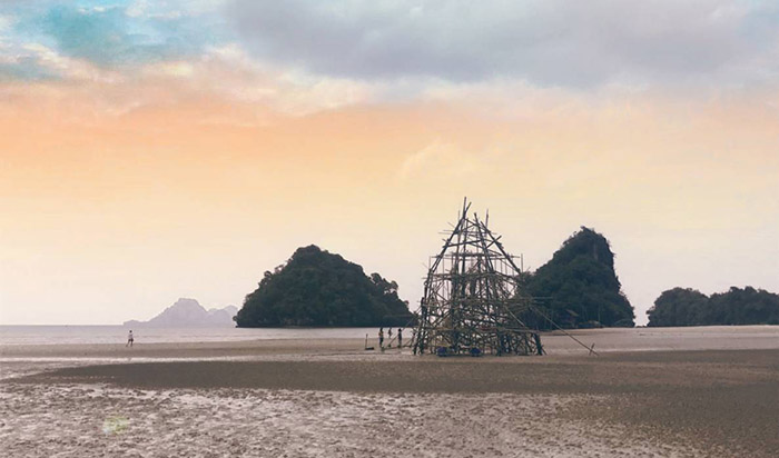 """""""Островът на духовете"""" – инсталация от рибарски мрежи"""