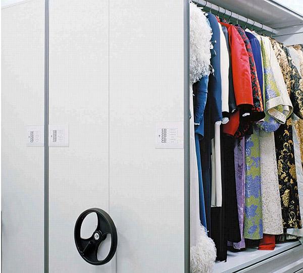 Катрин Деньов продава облеклата си по дизайн на Ив Сен Лоран